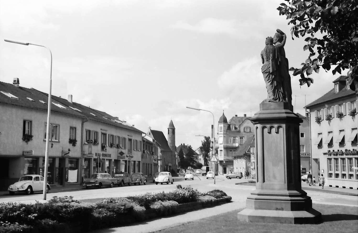 Achern: Platz mit Denkmal, Hintergrund St. Nikolaus Kapelle, Bild 1