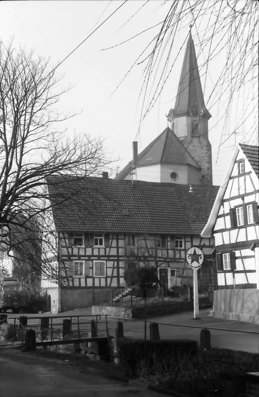 Michelbach: Fachwerkhäuser mit Kirche, Bild 1