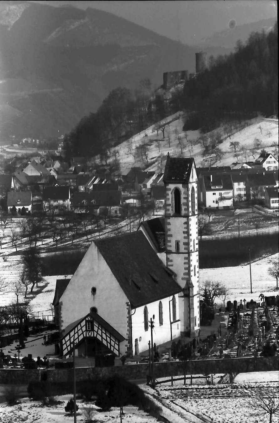 Hausach: Blick von der Höhe auf Hausach Dorf; Kirche und Burg Hausen mit Schnee, Bild 1