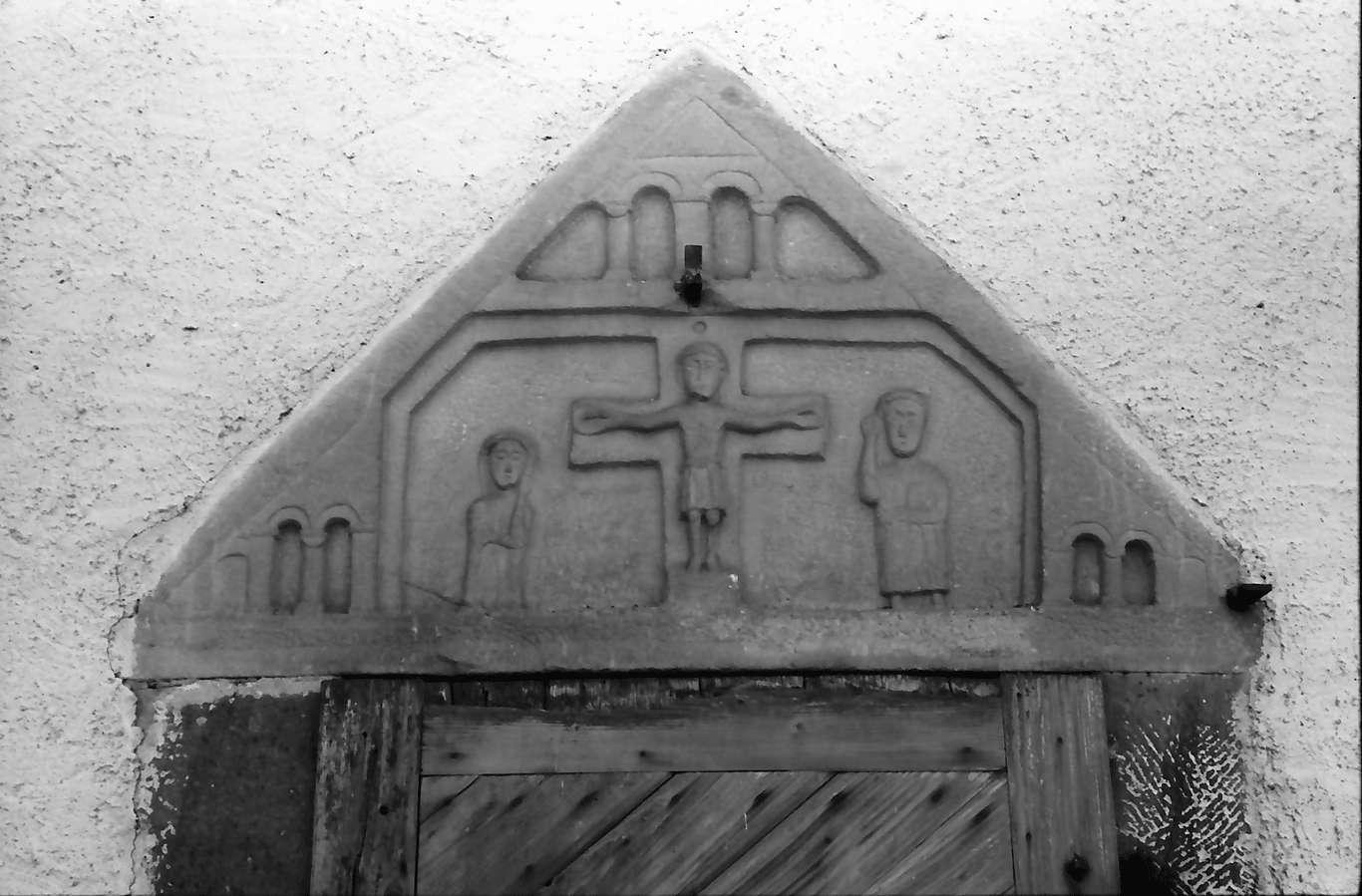 Hausach: Hausach Dorf; Kirche, Tympanon über der Eingangstür, Bild 1