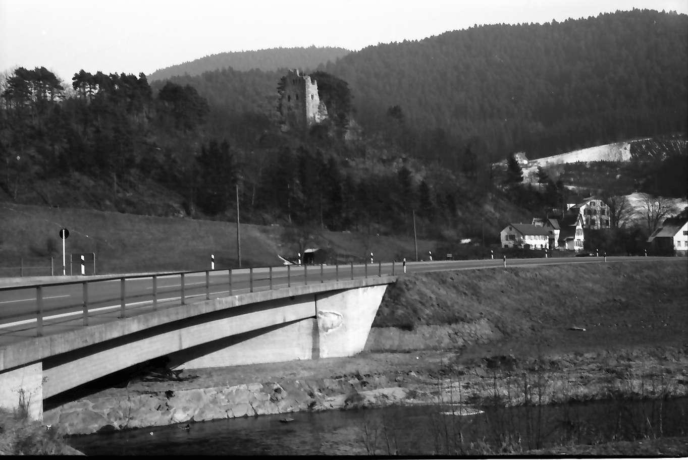 Schenkenzell: Kinzigbrücke der B 294 und Burg Schenkenzell (Schenkenburg), Bild 1