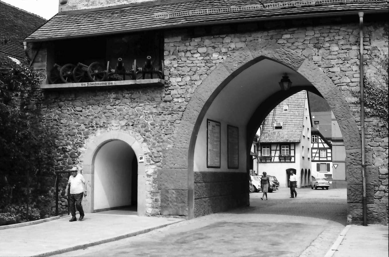 Zell am Harmersbach: Schwedenkanonen im Wehrturm, mit Torbogen, Bild 1