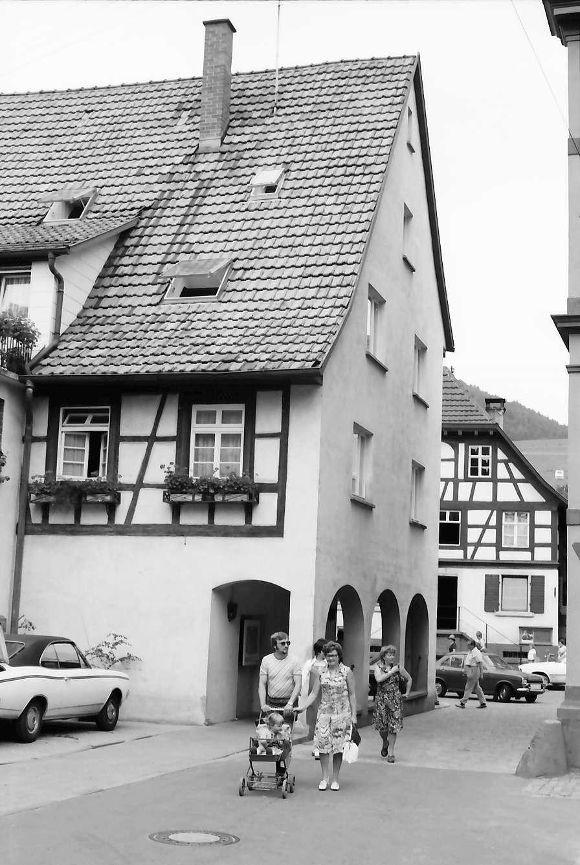 Zell am Harmersbach: Gasse am Rathaus, Fachwerkhaus mit Kolonnade, Bild 1