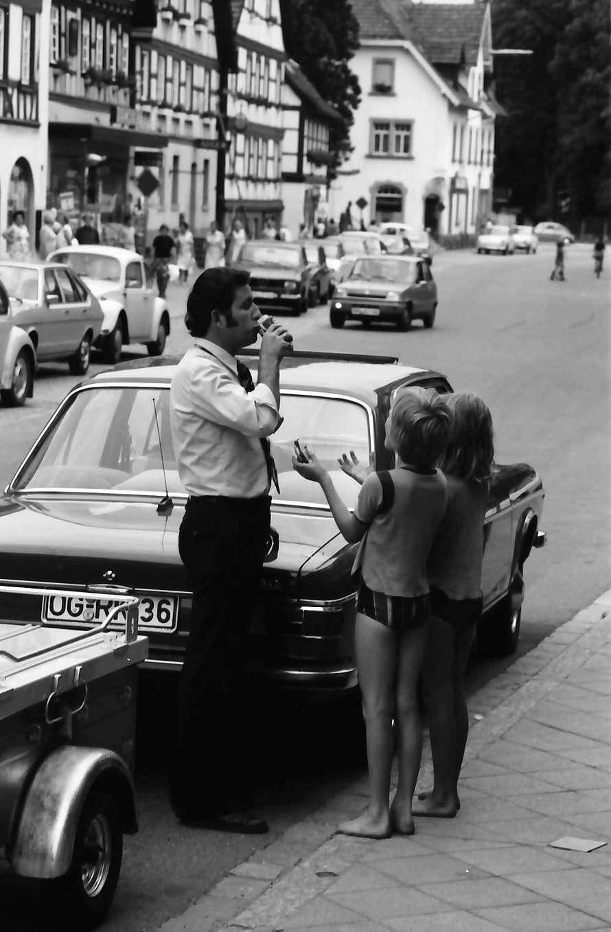 Zell am Harmersbach: Vater am Auto trinkt Coca, zwei Mädchen greifen danach, Bild 1