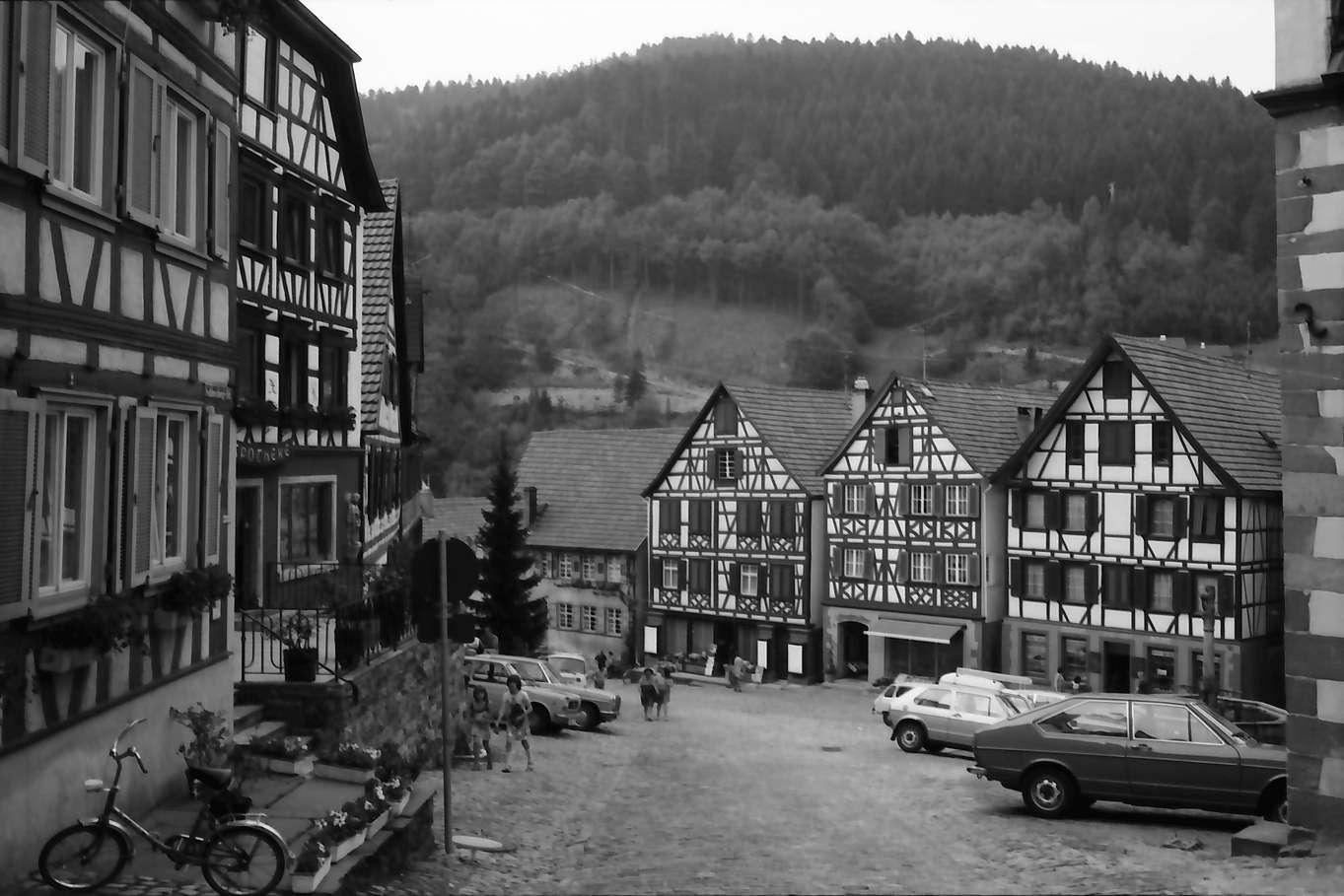 Schiltach: Marktplatz mit Fachwerkhäusern, von oben, Bild 1