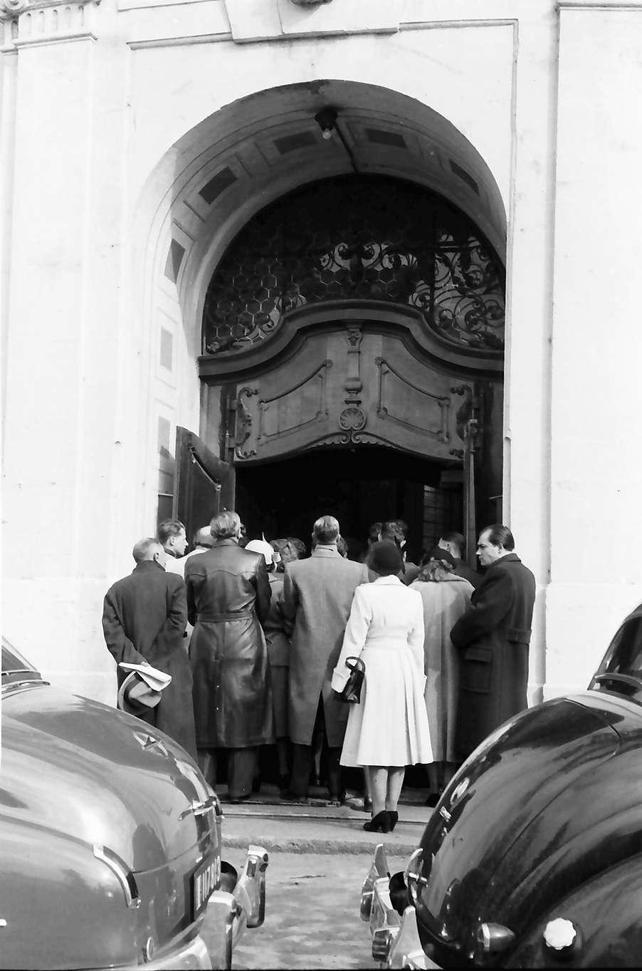 Donaueschingen: Donaueschinger Musiktage; Publikum im Portal der katholischen Pfarrkirche, Bild 1