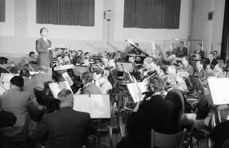 Donaueschingen: Donaueschinger Musiktage; Hans Rosbaud dirigiert das Südwestfunkorchester, Bild 1
