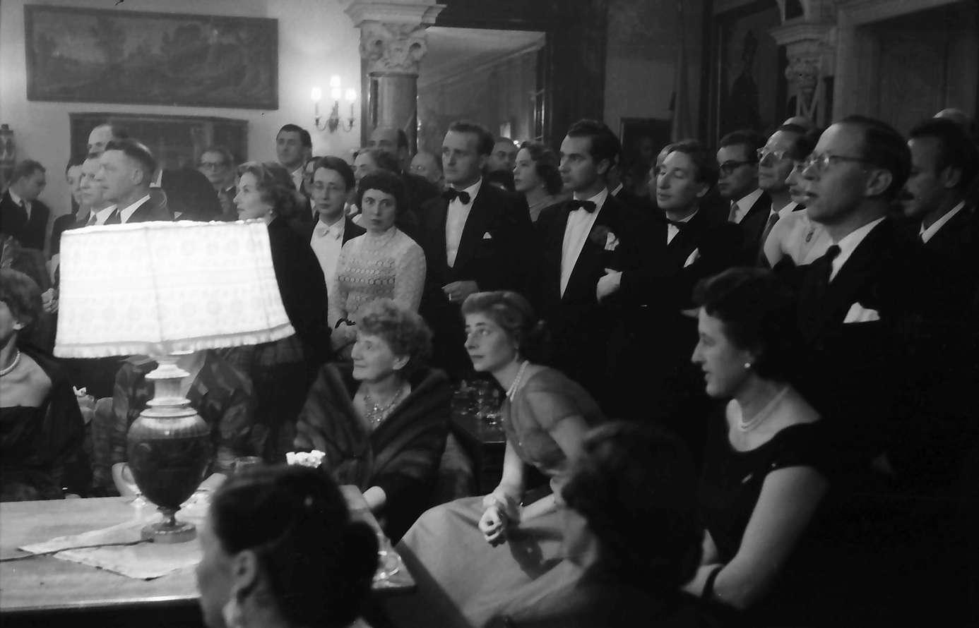 Donaueschingen: Donaueschinger Musiktage; Empfang im Schloss; Gäste in der Diele (um Lampe), Bild 1