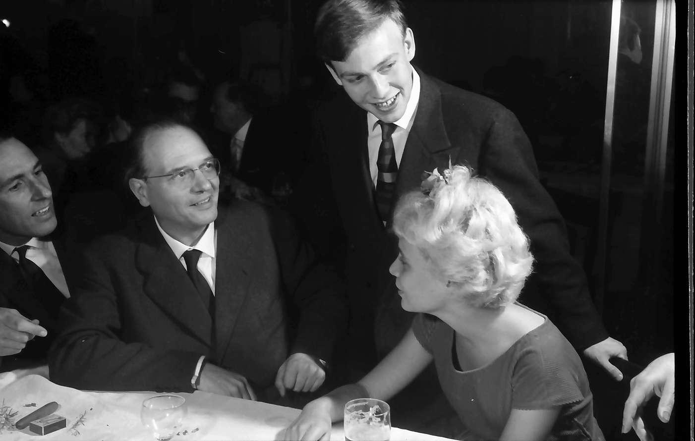 Donaueschingen: Donaueschinger Musiktage; Empfang im Schloss; Gruppe am Tisch: Oliver Messiaen, Bild 1