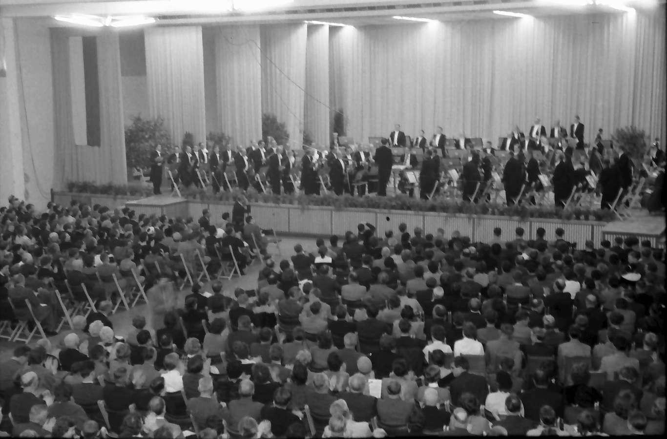 Donaueschingen: Donaueschinger Musiktage; innen, Bühne mit dem großen Südwestfunkorchester, Bild 1