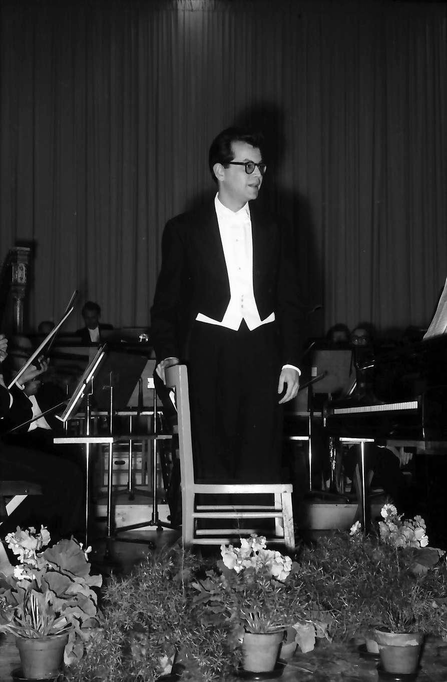 Donaueschingen: Donaueschinger Musiktage; Mordechai Sheinkmann, USA auf dem Podium, Bild 1