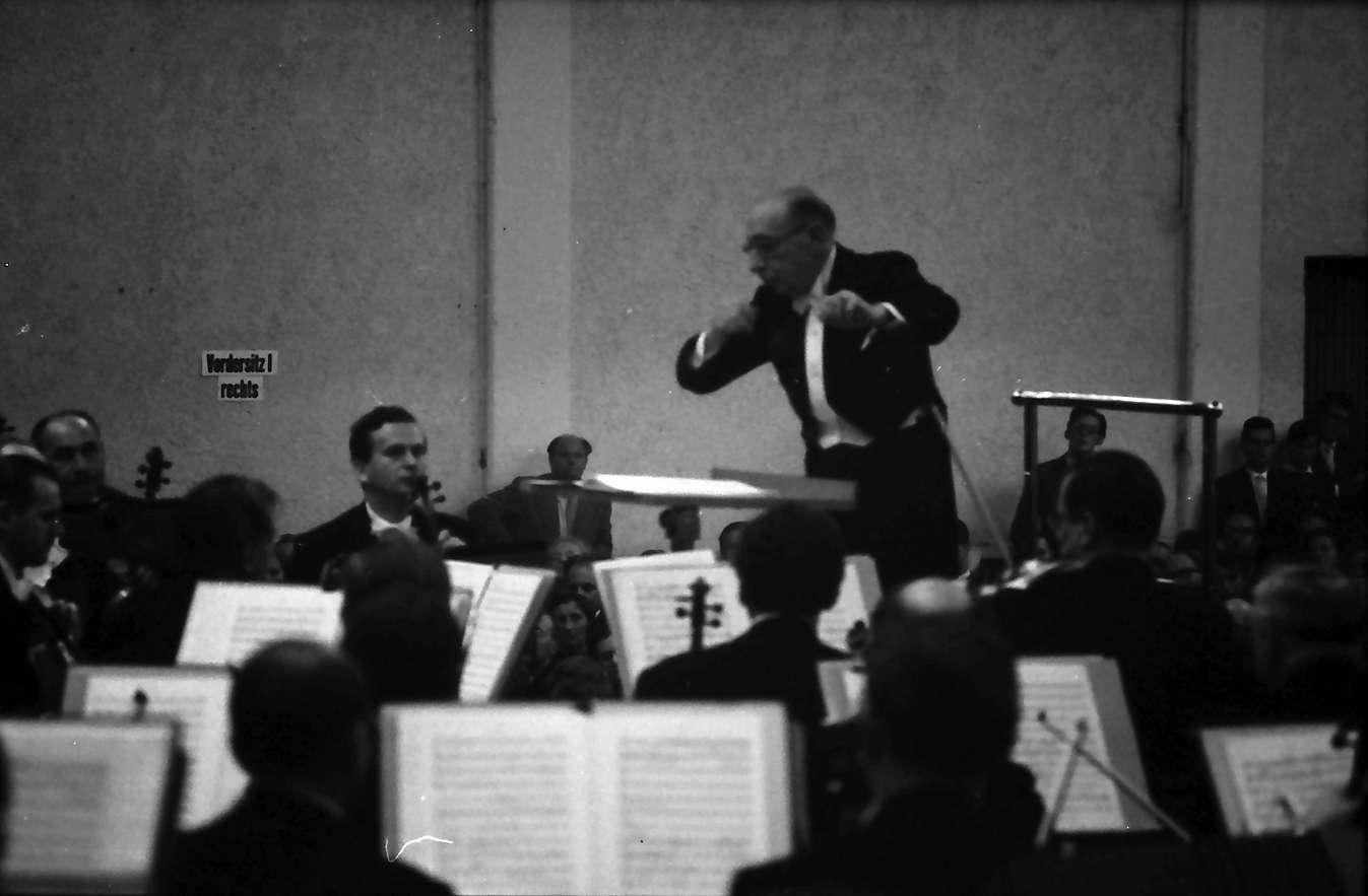 Donaueschingen: Donaueschinger Musiktage; Stadthalle; Igor Strawinsky dirigiert Südwestfunkorchester, Bild 1