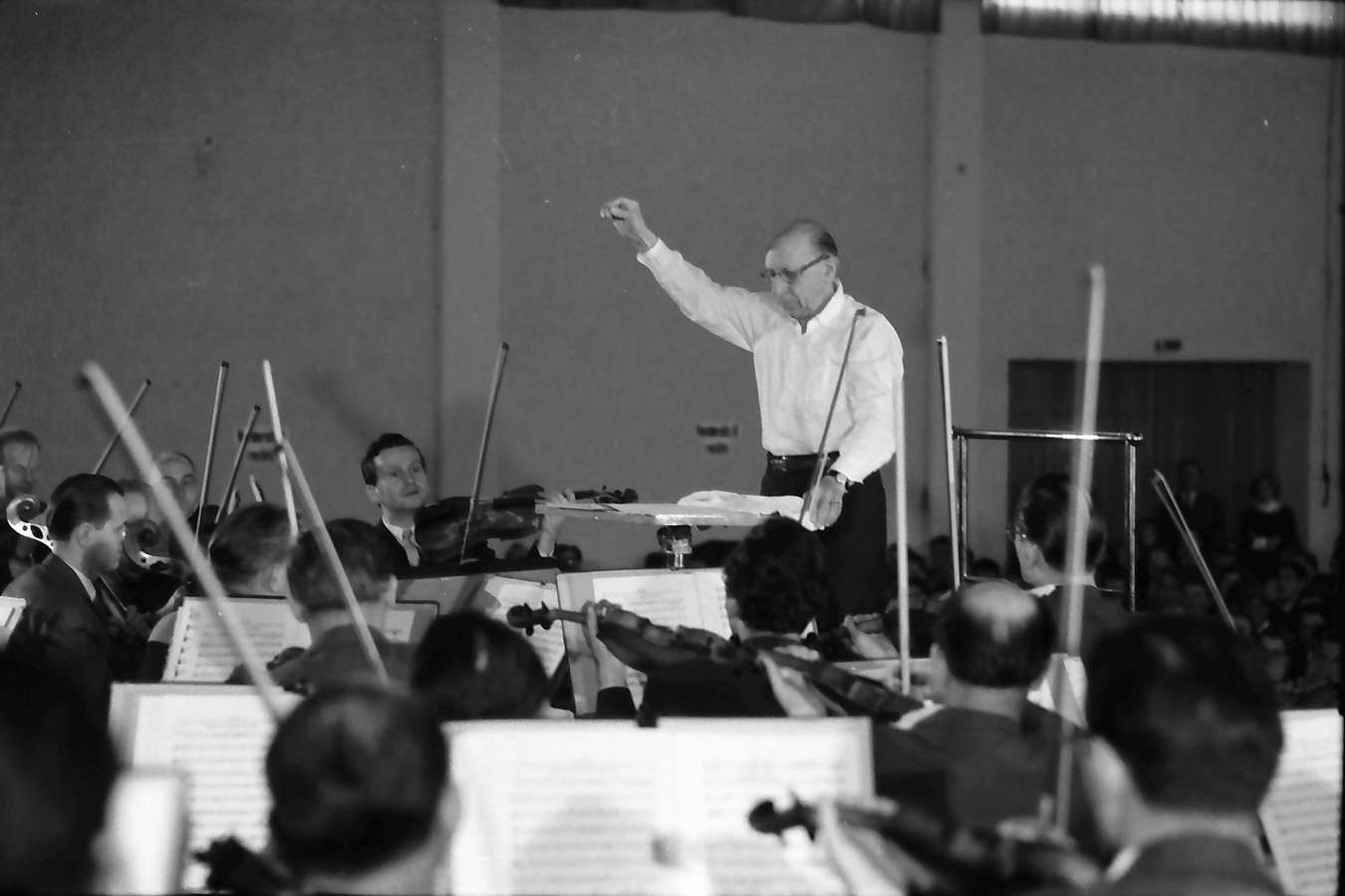 Donaueschingen: Donaueschinger Musiktage; Stadthalle; Igor Strawinsky dirigiert Südwestfunkorchester; bei der Probe, Bild 1