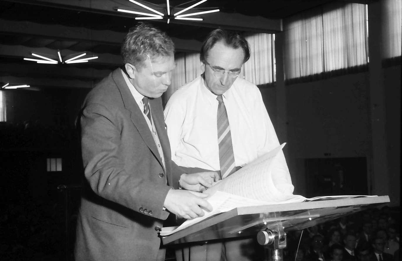 Donaueschingen: Donaueschinger Musiktage; Stadthalle; Elliott Carter, USA und Hans Rosbaud am Dirigentenpult, Bild 1