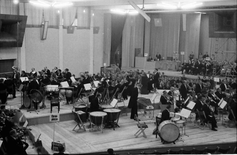"""Donaueschingen: Donaueschinger Musiktage; Orchester- und Elektronenmusik von P. Boulez, """"Poesie Pour Pouvoir"""" in drei Teilaufnahmen, Bild 1"""