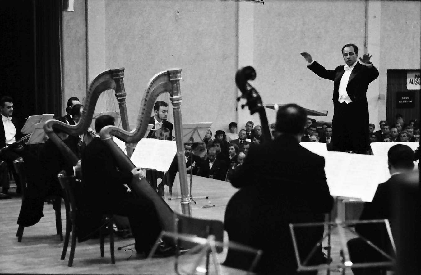 Donaueschingen: Donaueschinger Musiktage; Konzert mit zwei Harfen (Schönberg), Dir. Boulez, Bild 1