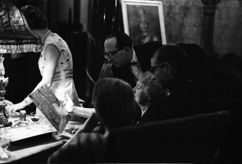 Donaueschingen: Donaueschinger Musiktage; Empfang im Schloss; Betrachtung von abstrakten Fotos von Suzanne Hausemann (New York), Bild 1