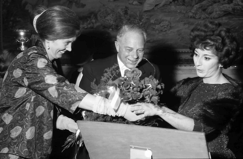 Donaueschingen: Donaueschinger Musiktage; Schloss; am Tisch: Rieples und Cathy Berberian, Bild 1