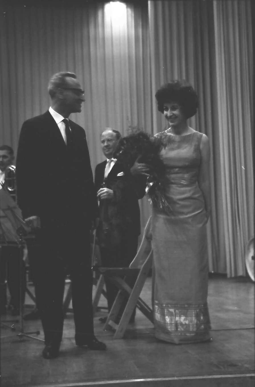 Donaueschingen: Donaueschinger Musiktage; Blumen für Cathy Berberian mit Blumen und ihrem Mann (Berio), Bild 1