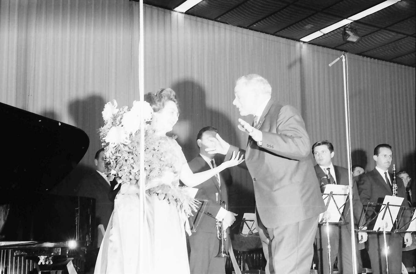 Donaueschingen: Donaueschinger Musiktage; Yvonne Loriod auf dem Podium mit Rieple, Bild 1