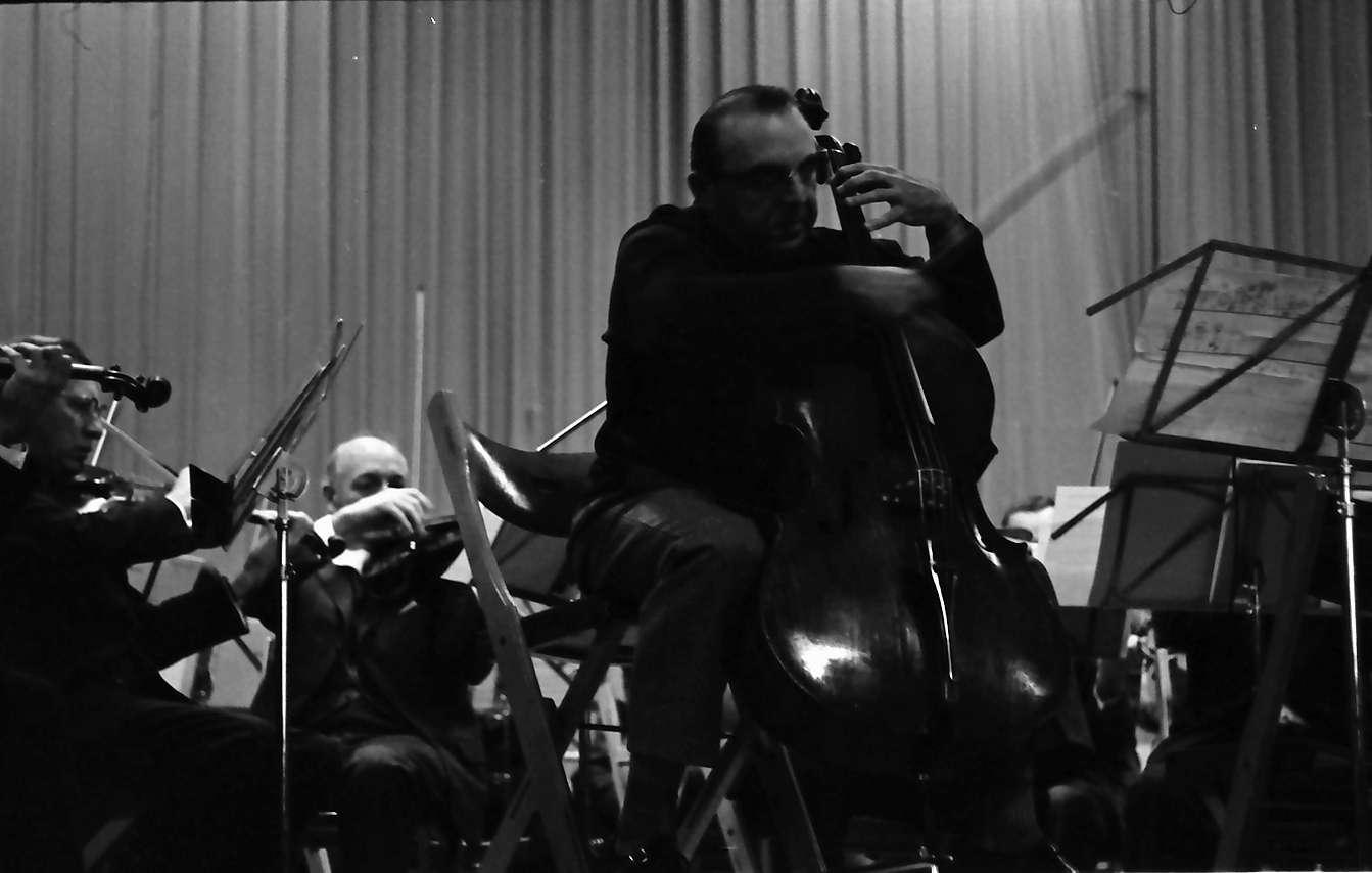 Donaueschingen: Donaueschinger Musiktage; Ernest Bour dirigiert und Siegfried Palm, Violoncello; Uraufführung von Penderecki, Bild 1