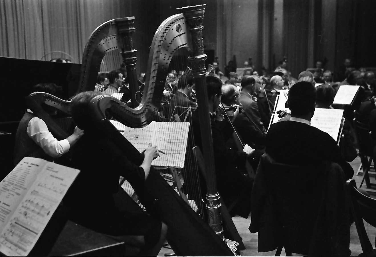 Donaueschingen: Donaueschinger Musiktage; Konzert: Kazimierz Serocki (Polen); Vordergrund Harfen, Bild 1