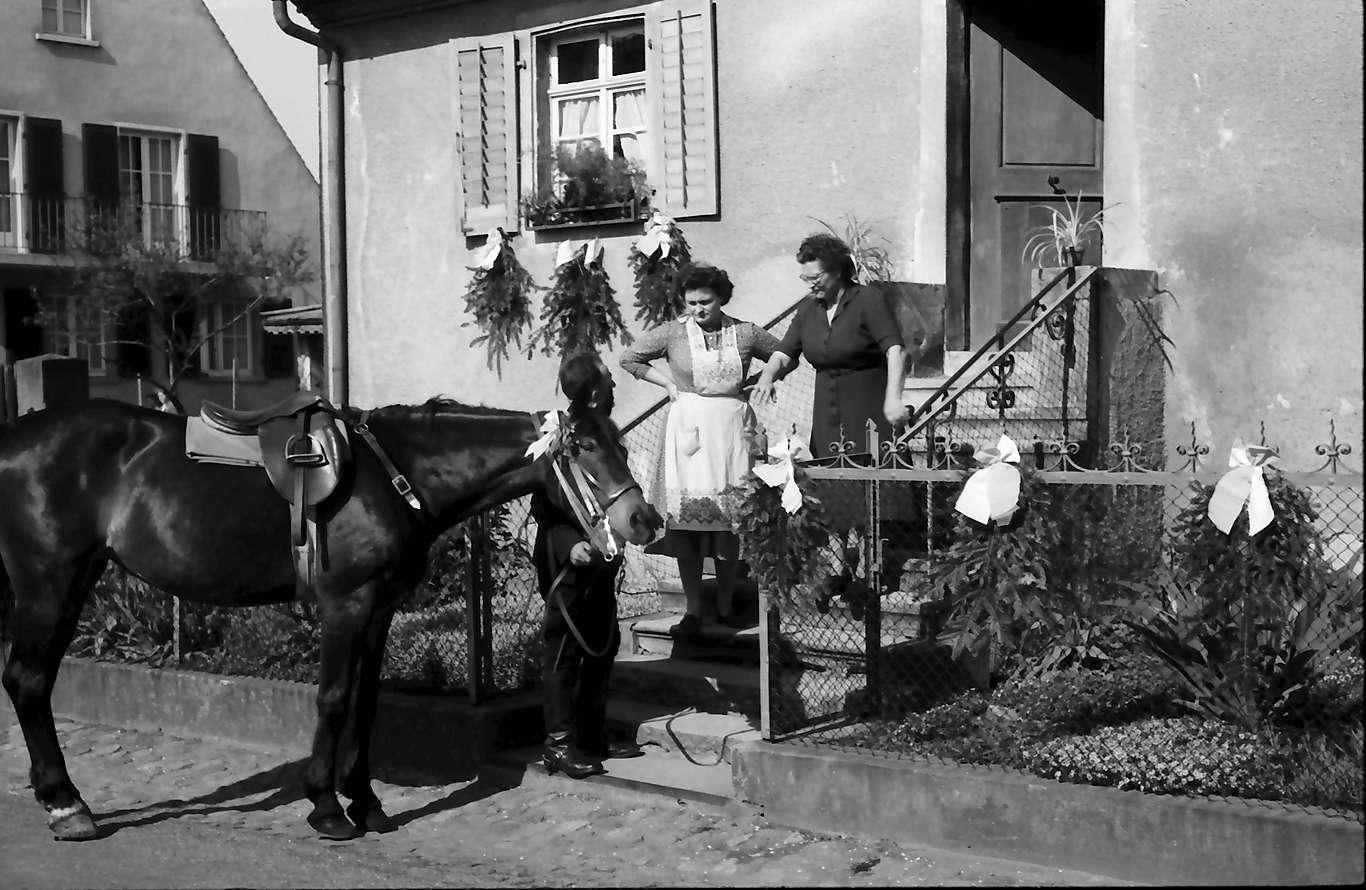 Freiburg; St. Georgen: St. Georgsritt; Reiter neben Pferd an Hausaufgang, Bild 1