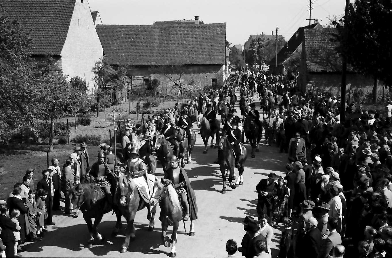 Freiburg; St. Georgen: St. Georgsritt; Aufstellung der Pferde zum Festzug, Bild 1