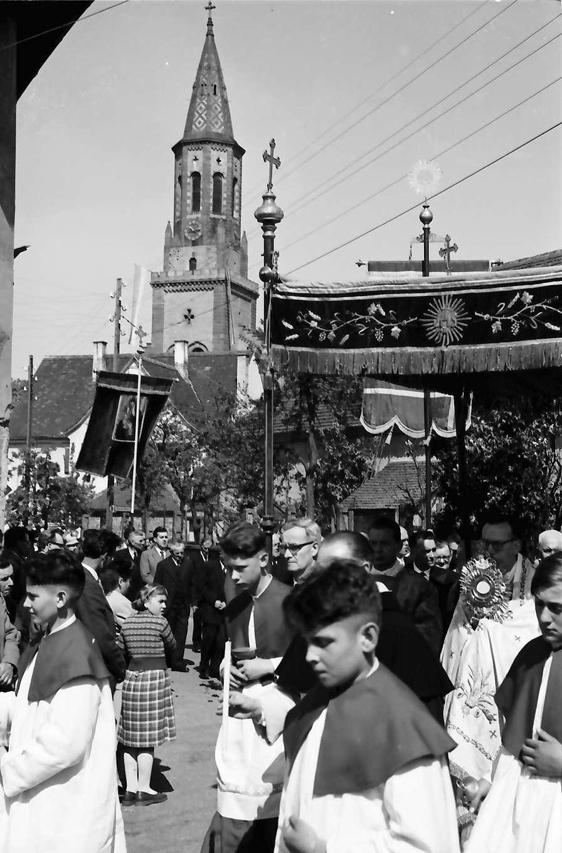 Freiburg; St. Georgen: St. Georgsritt; Pfarrer unter Baldachin (Hintergrund Kirche), Bild 1