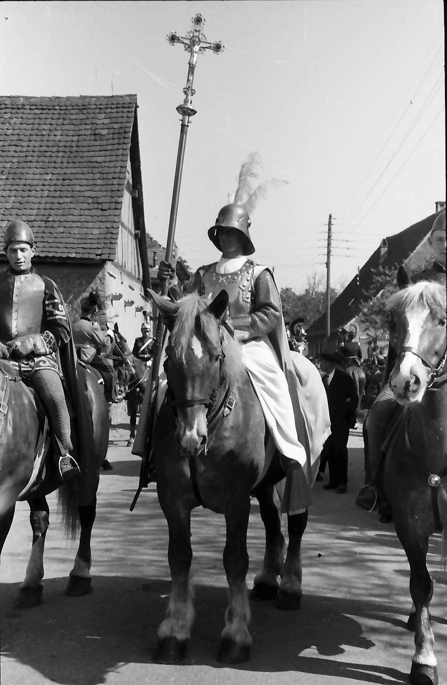 Freiburg; St. Georgen: St. Georgsritt; Georgsritter zu Pferd mit Kreuz, Bild 1