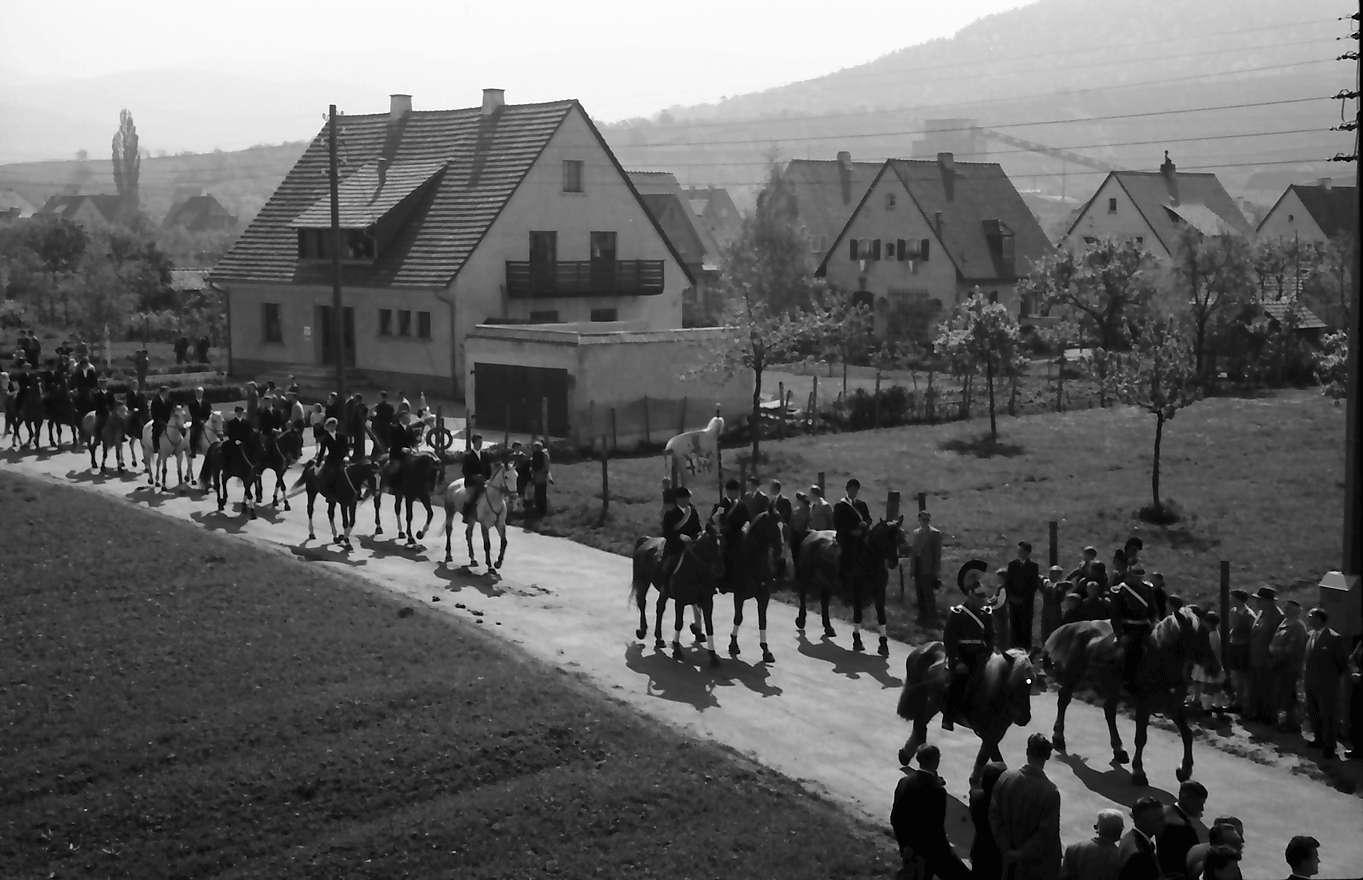 Freiburg; St. Georgen: St. Georgsritt; Prozession über das Feld, Bild 1