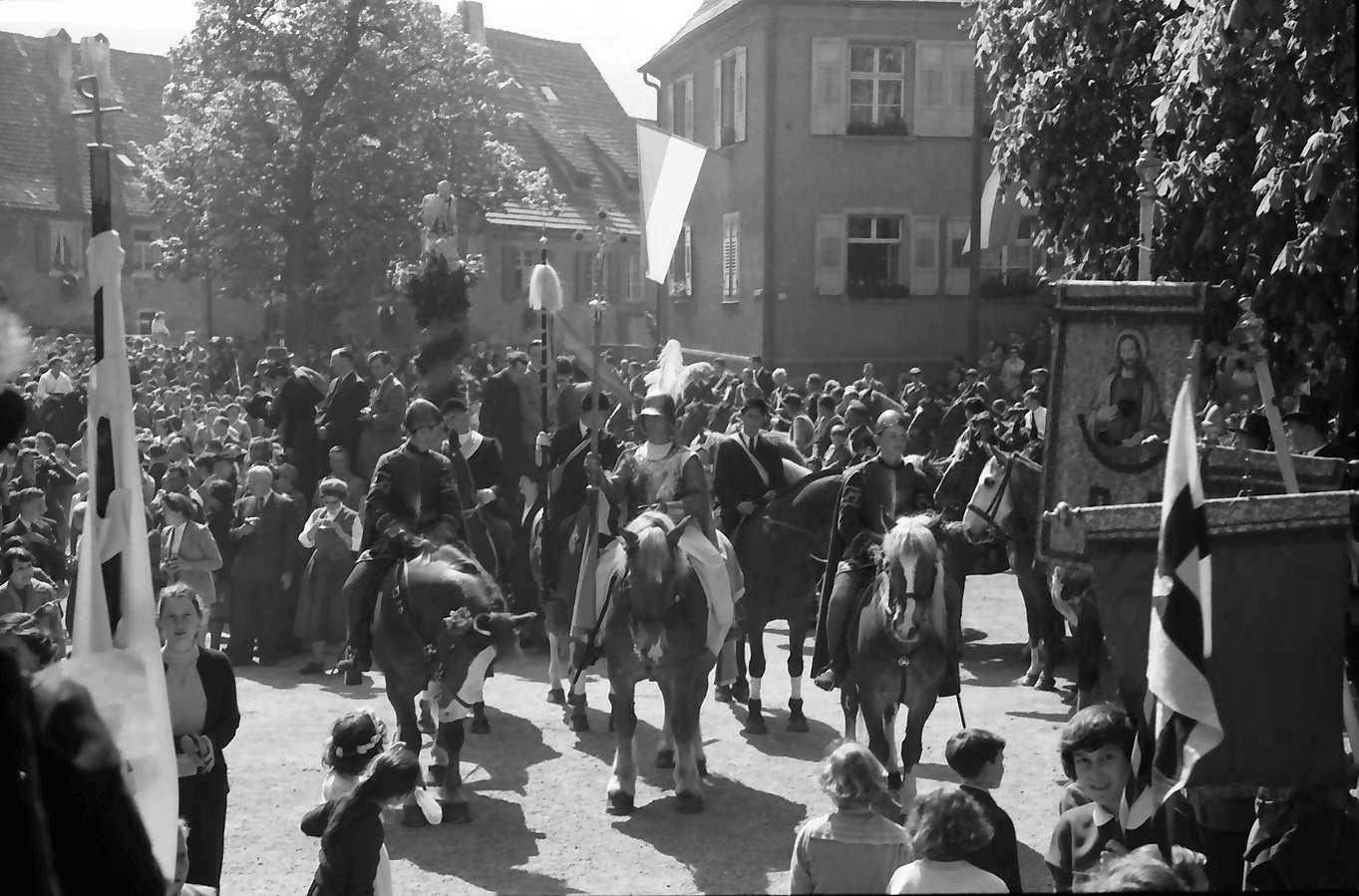 Freiburg; St. Georgen: St. Georgsritt; Georgsritter und zwei Knappen vor Kirche, Bild 1