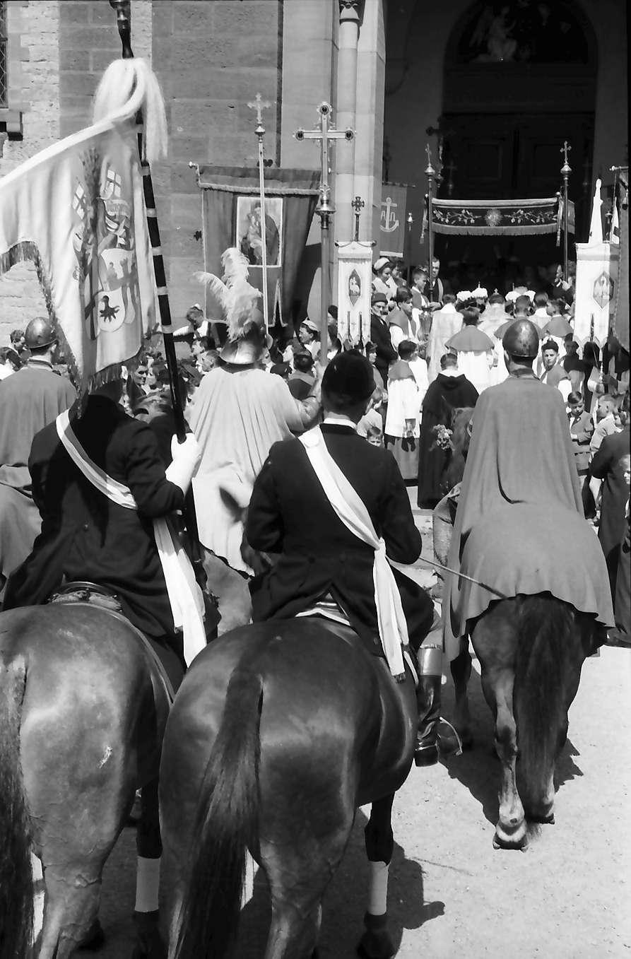 Freiburg; St. Georgen: St. Georgsritt; Aufstellung der Pferde zur Segnung; mit Kirchenportal, Bild 1