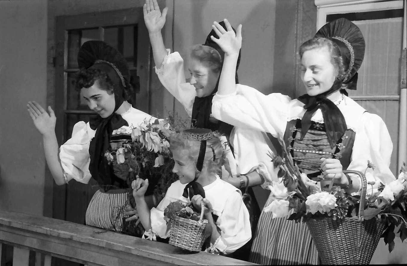 Waldshut: 489. Waldshuter Chilbi; Trachten aus Tiengen (Klettgau); auf Balkon winkend, Bild 1