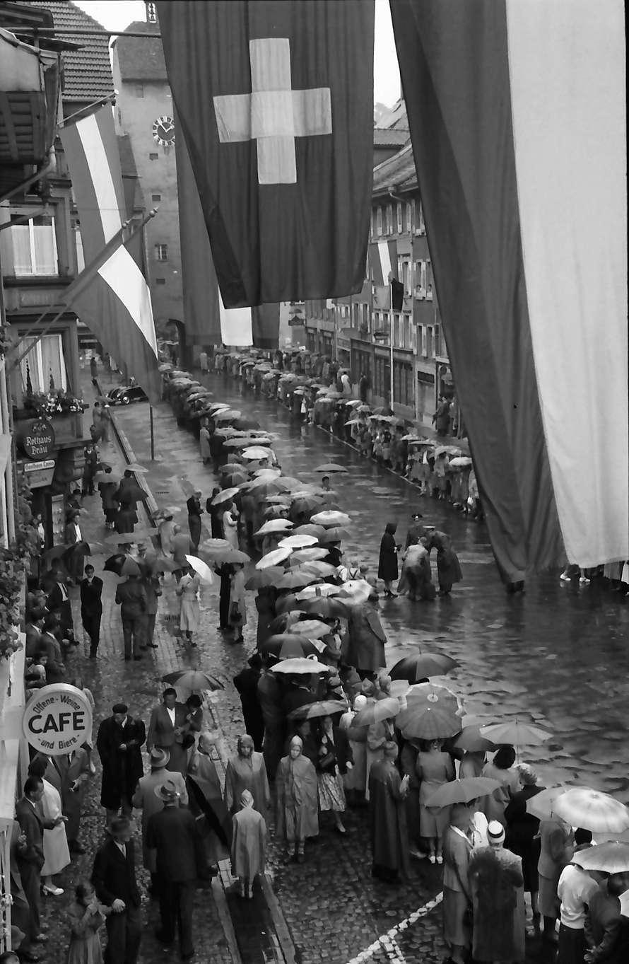 Waldshut: 489. Waldshuter Chilbi; Leute warten im Regen auf Festzug vom Balkon des Rathauses, Bild 1