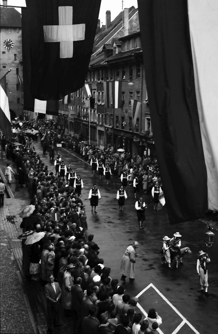 Waldshut: 489. Waldshuter Chilbi; Festzug vom Balkon des Rathauses; Blick zum Oberen Tor, Bild 1