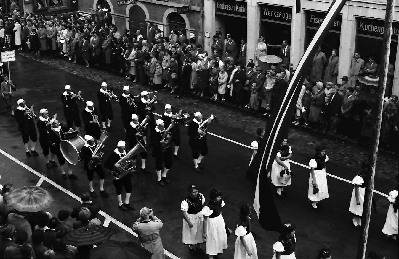 Waldshut: 489. Waldshuter Chilbi; Festzug vom Balkon des Rathauses; Musik, Bild 1