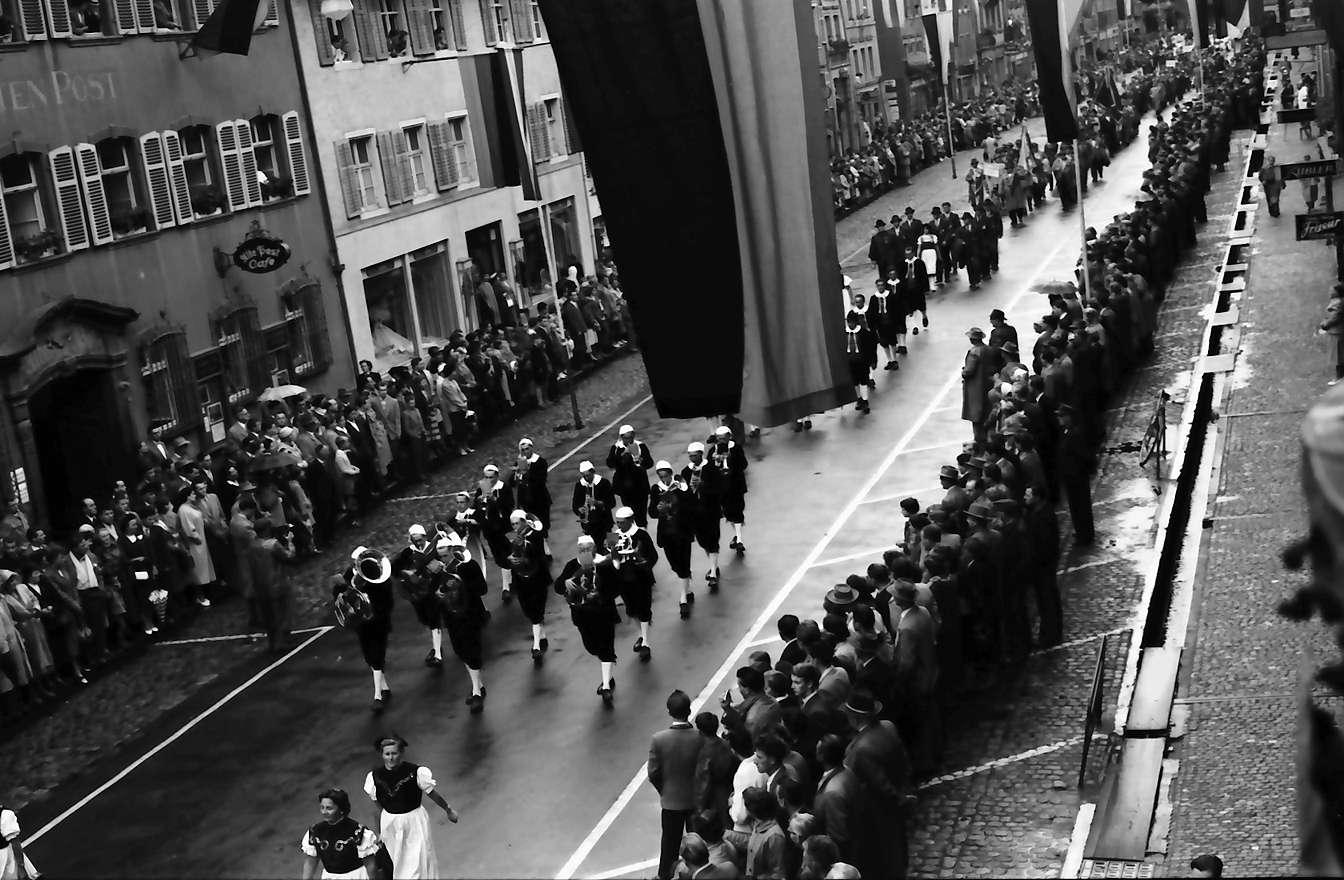 Waldshut: 489. Waldshuter Chilbi; Festzug vom Balkon des Rathauses, Bild 1