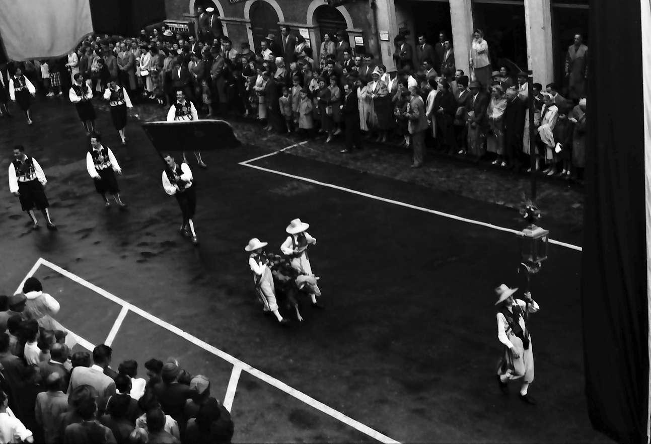 Waldshut: 489. Waldshuter Chilbi; Festzug vom Balkon des Rathauses; mit Chilbibock, Bild 1
