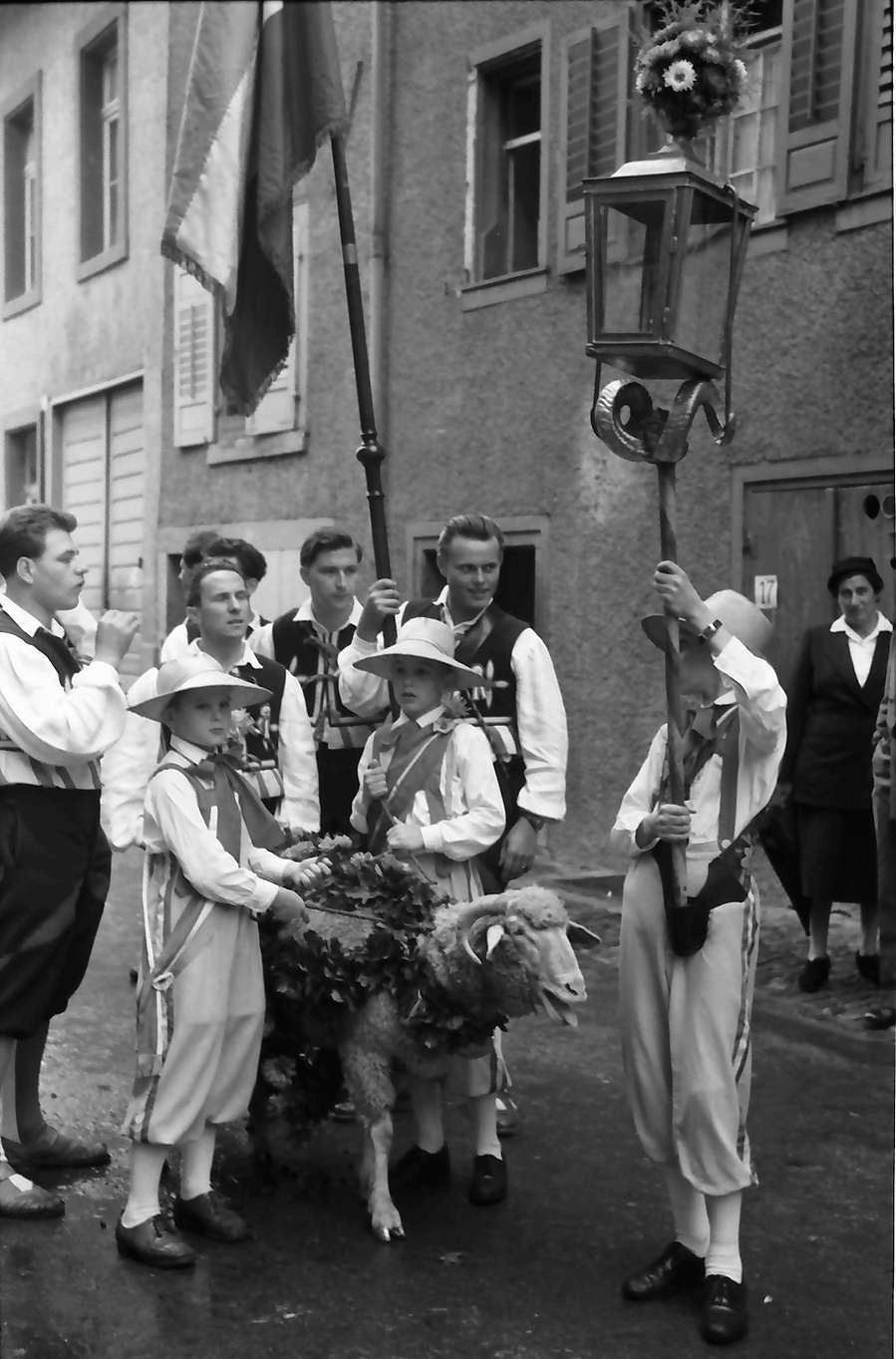 Waldshut: 489. Waldshuter Chilbi; Jungens mit Chilbibock vor dem Umzug, Bild 1