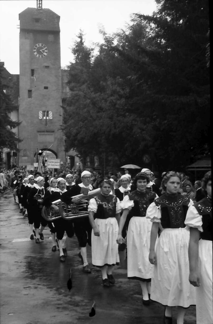 Waldshut: 489. Waldshuter Chilbi; Trachtenzug kommt aus Oberem Tor, Bild 1