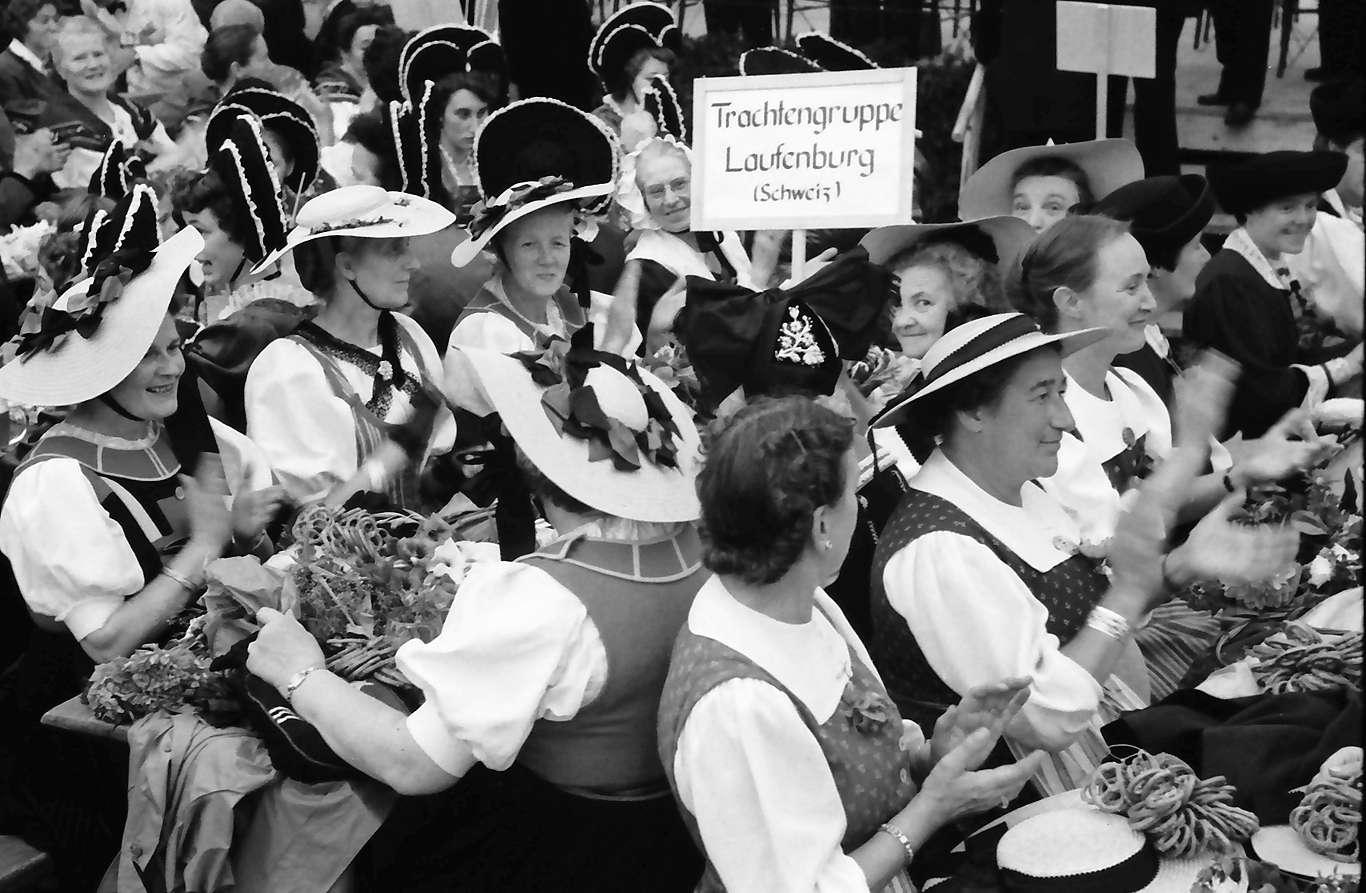 Waldshut: 489. Waldshuter Chilbi; Laufenburger Trachten im Festzelt, Bild 1