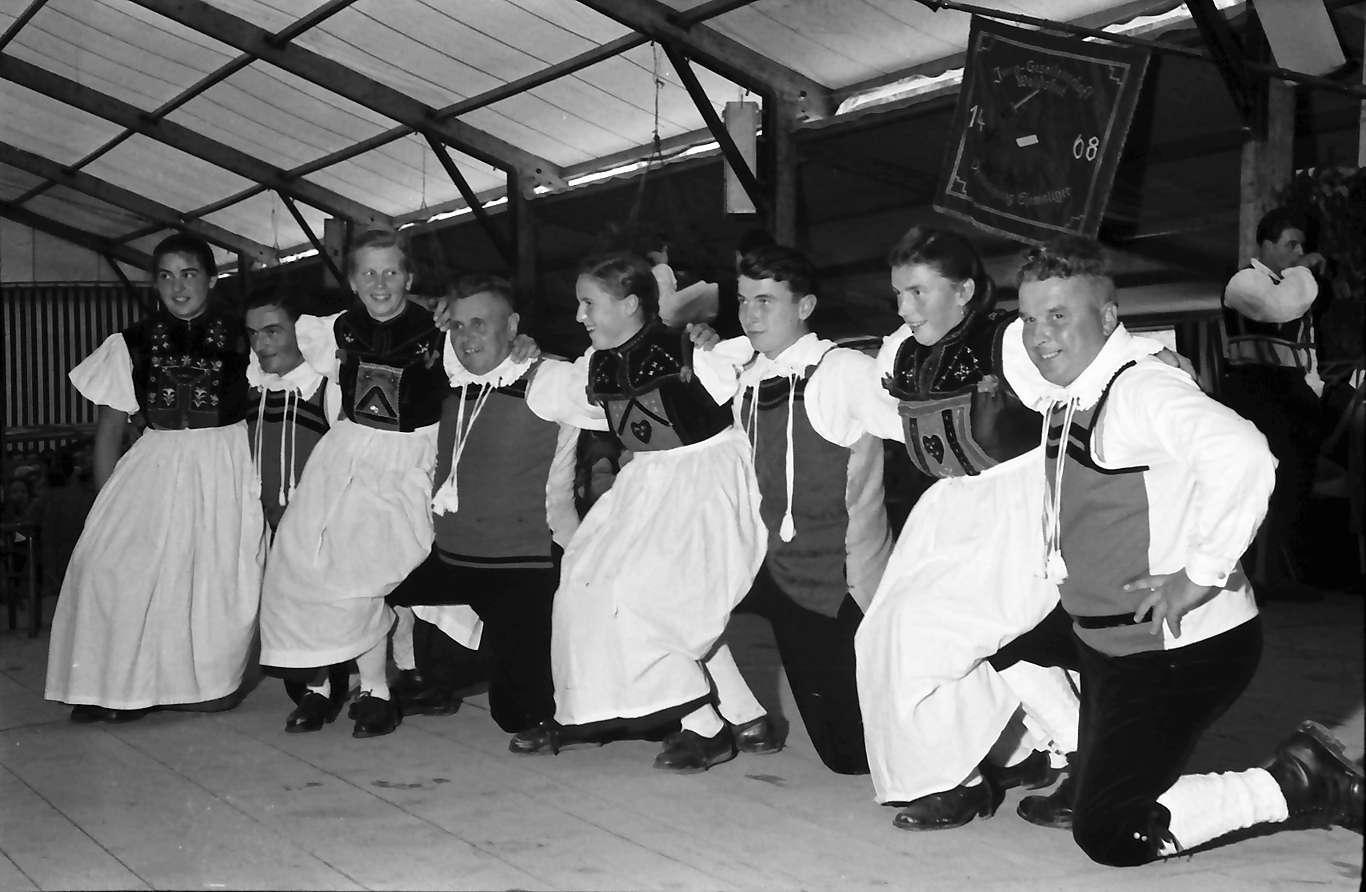Waldshut: 489. Waldshuter Chilbi; Trachtengruppe beim Tanz (hockend), Bild 1