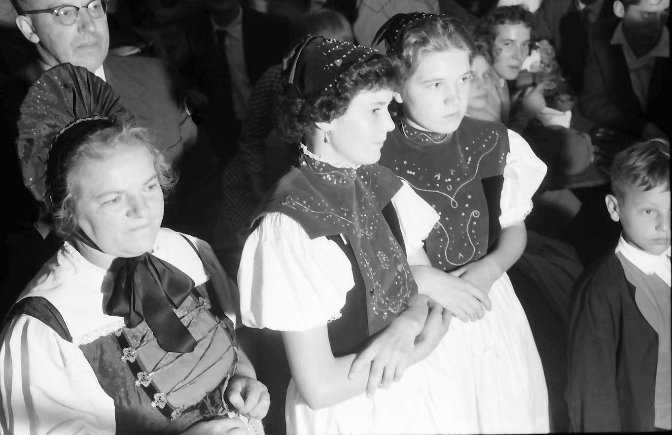 Waldshut: 489. Waldshuter Chilbi; zwei Trachtenmädchen aus Görwihl, Bild 1