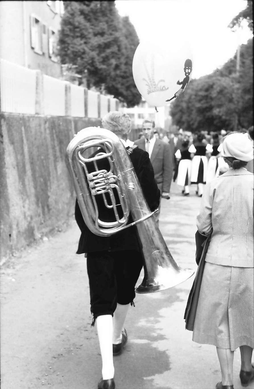 Waldshut: 489. Waldshuter Chilbi; Mann mit Tuba und Ballon, Bild 1