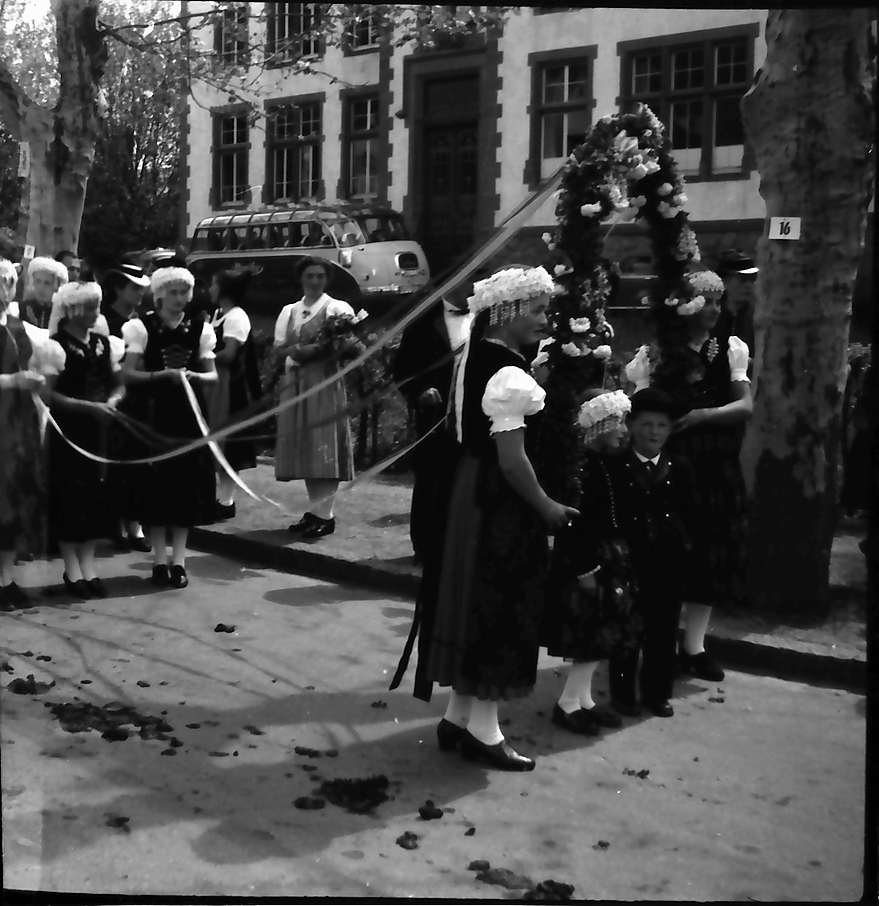 Oberkirch: Bauerntag in Oberkirch; Kindergruppe mit Kranz und Bändern, Bild 1