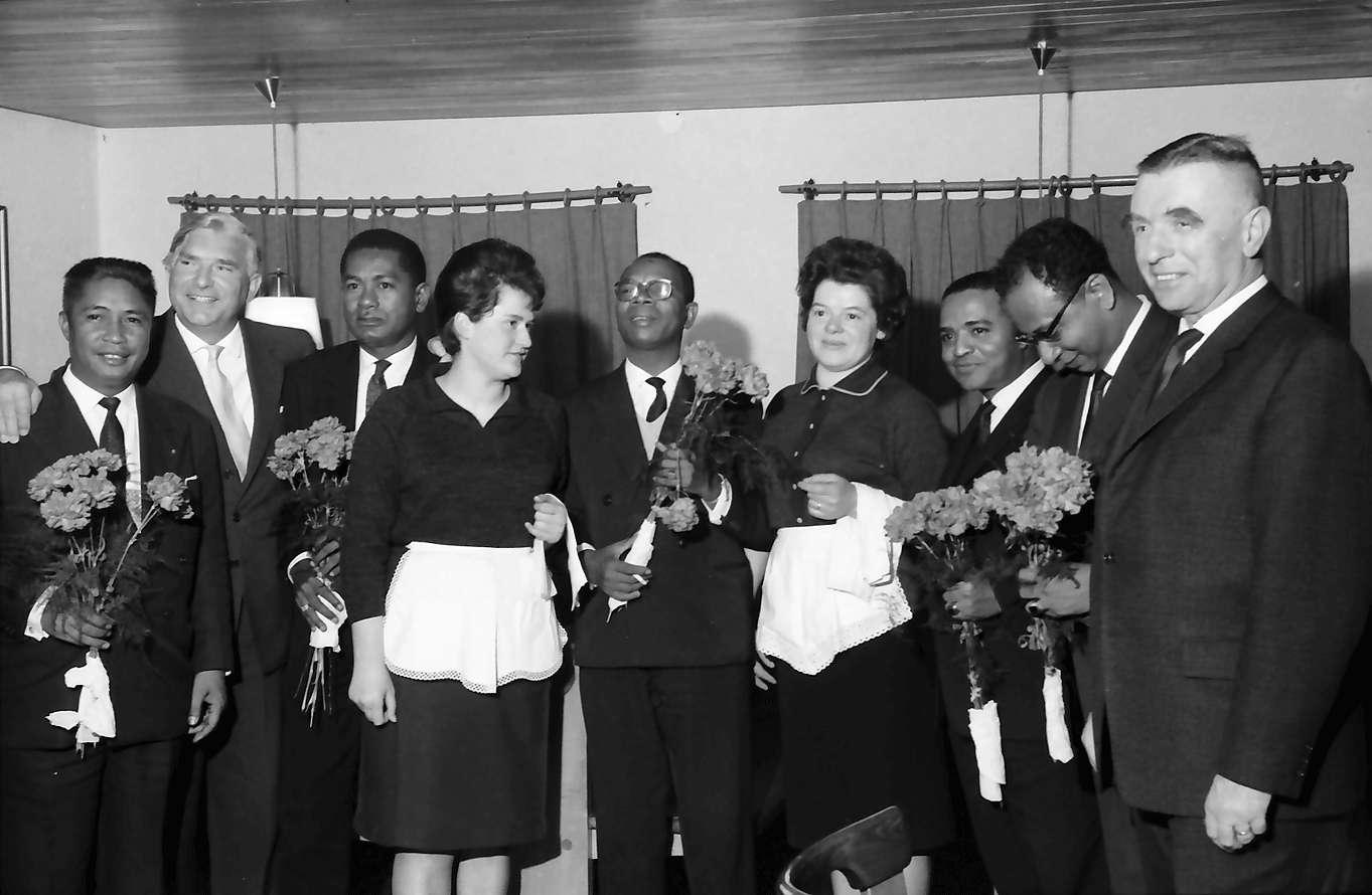 Wildtal: Gasthof zur Sonne; fünf Minister aus Madagaskar in Freiburg; Madagassen mit Bedienung und Blumen, Bild 1