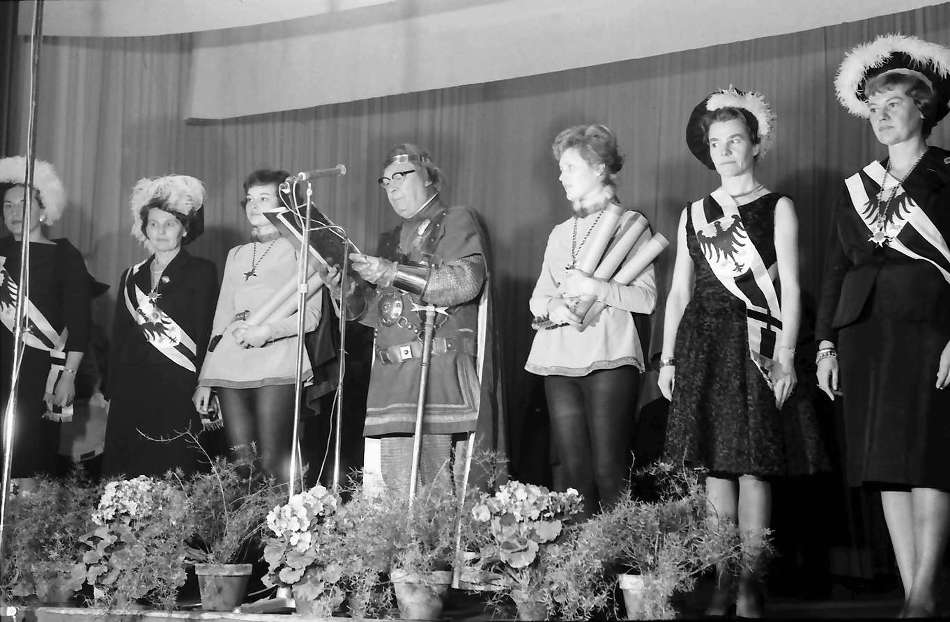 Zähringen: Jahnhalle; fünf Minister aus Madagaskar in Freiburg; Burggraf mit Gefolge, Bild 1