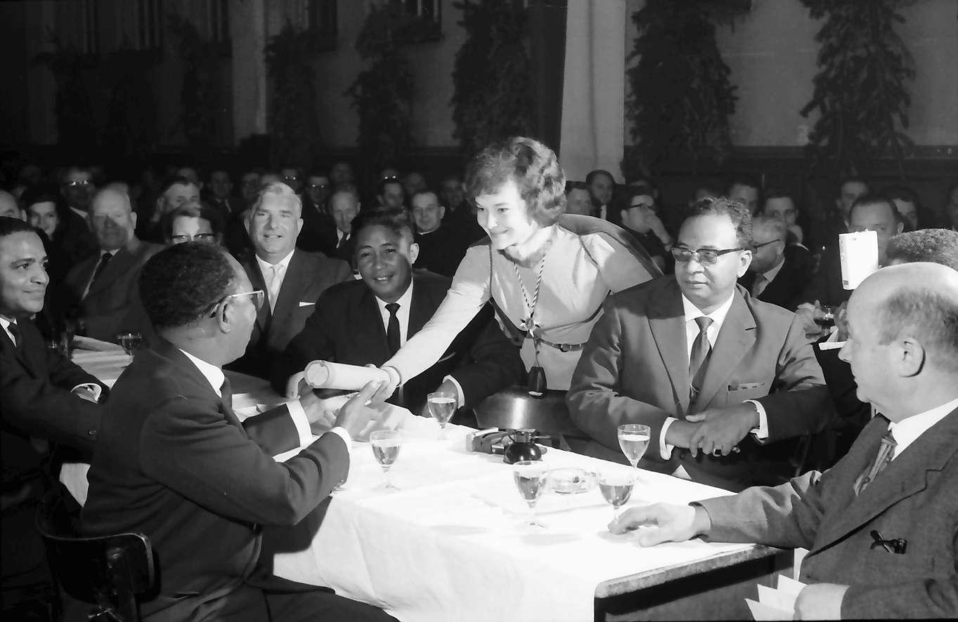 Zähringen: Jahnhalle; fünf Minister aus Madagaskar in Freiburg; Tisch mit Gästen aus Madagaskar, Bild 1