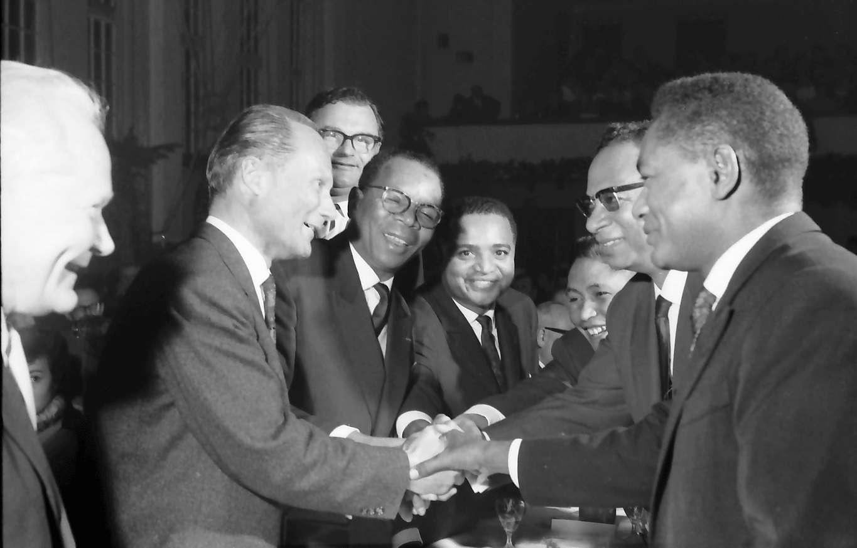 Zähringen: Jahnhalle; fünf Minister aus Madagaskar in Freiburg; die madag. Minister danken Oberbürgermeister Dr. Keidel, Bild 1